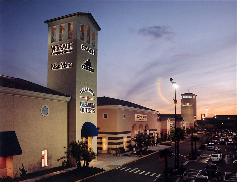 Orlando Premium Outlets Vineland Entry Tower at Night